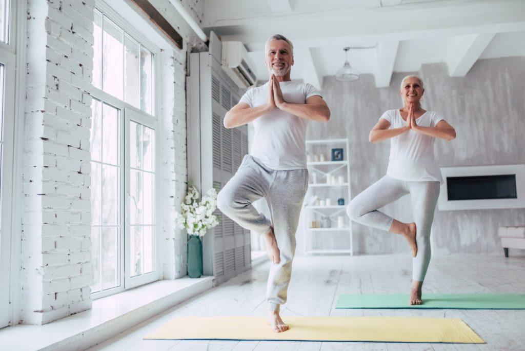 Home faisant du yoga