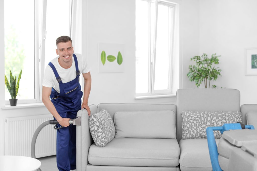 Canapé de tissu nettoyé par un professionnel