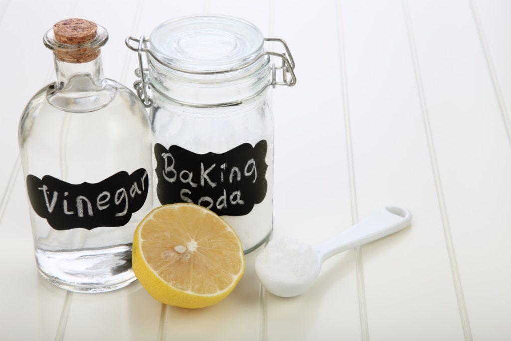 nettoyer son micro-ondes avec du citron, de bicarbonate de soude et du vinaigre