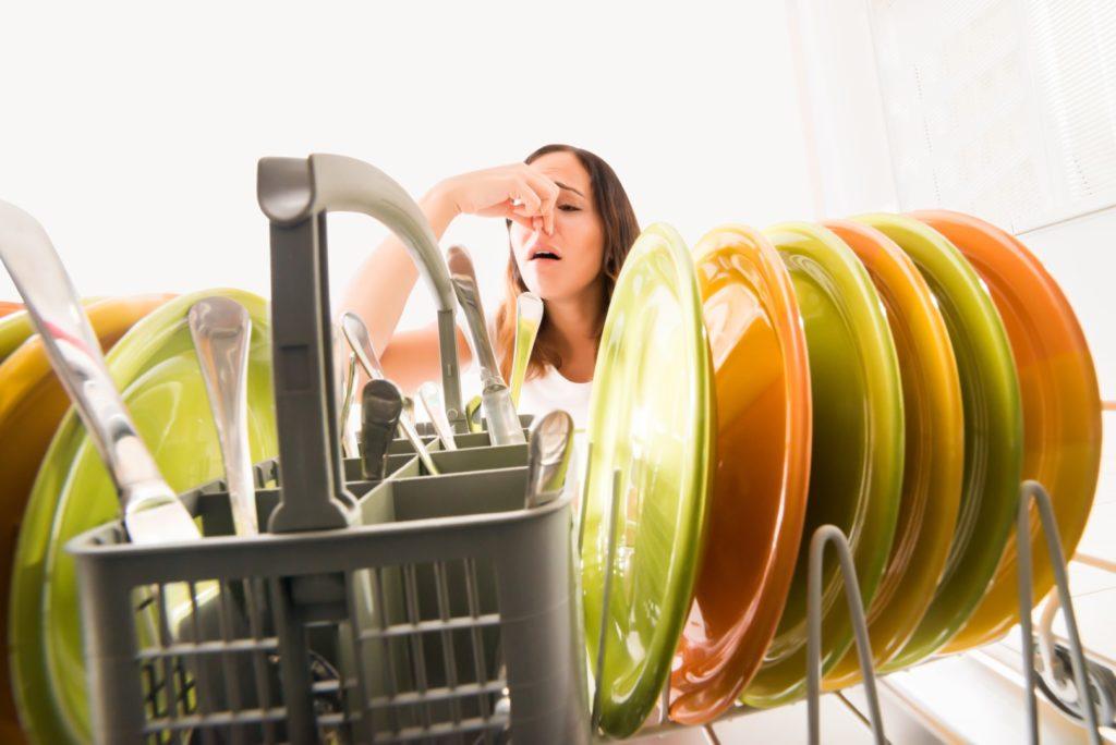 3 raisons pour lesquelles votre lave-vaisselle sent mauvais et quelques solutions