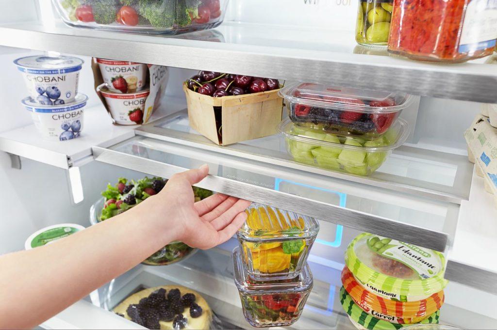 Refrigerator with retractable shelf