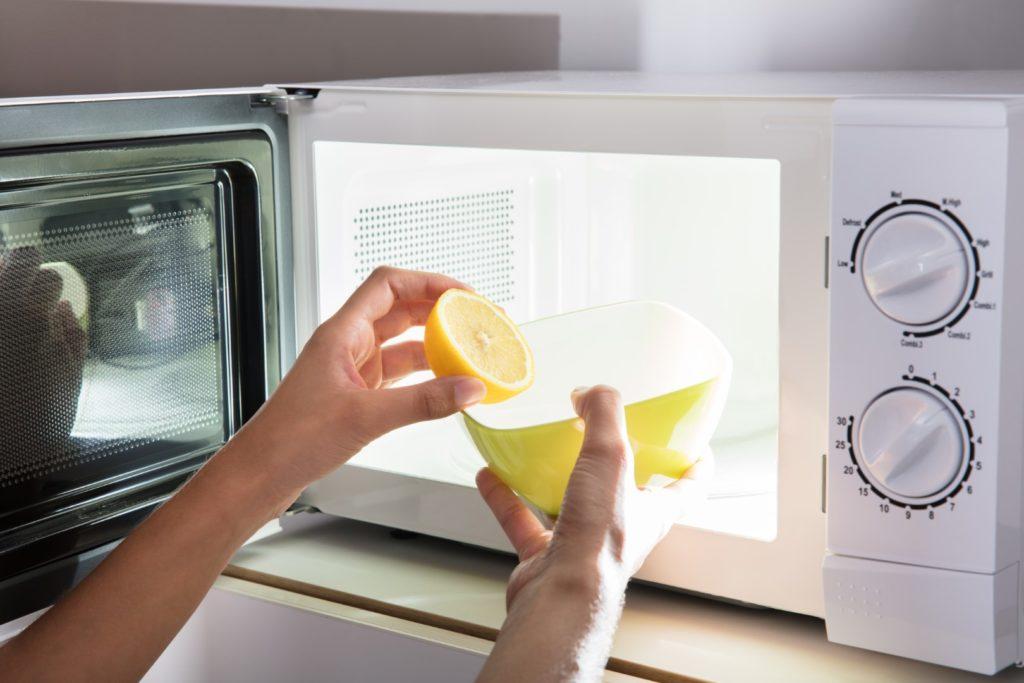 Nettoyer son micro-ondes avec du citron et de l'eau